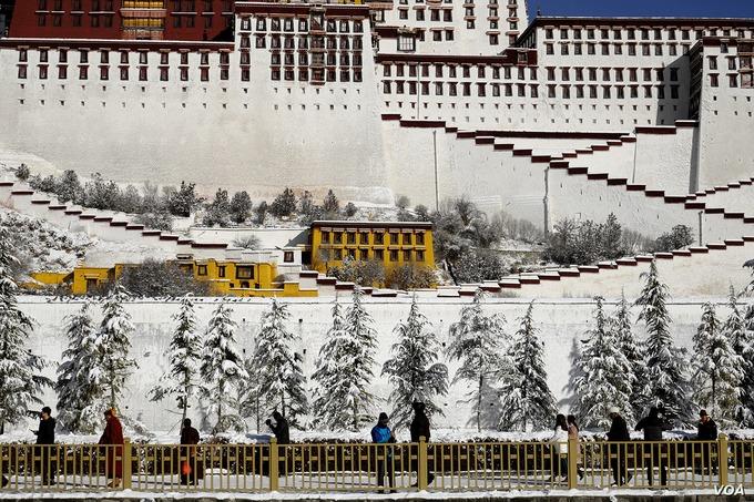 Tòa nhà lớn có hơn 1.000 phòng, hơn 10.000 Phật điện và 20.000 bức điêu khắc. Cung điện Potala được UNESCO công nhận là di sản thế giới năm 1994 trở thành địa điểm du lịch nổi tiếng. Ảnh: VOA.