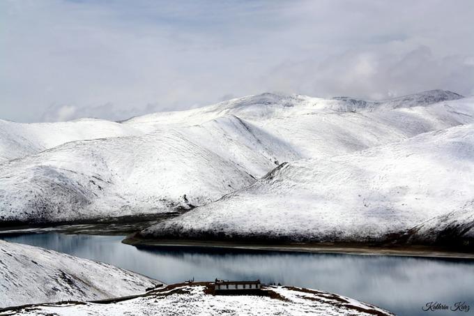 Đỉnh đèo Kambala cao hơn 4.700 m là nơi tốt nhất để ngắm nhìn toàn cảnh hồ Yamdrok, cách Lhasa khoảng 90 km. Ảnh: Pehawert.