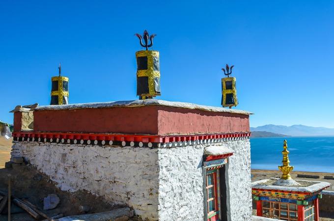Hồ nước này là điểm đến hành hương lớn cho các tín đồ Phật giáo, Ấn Độ giáo. Dọc theo bờ hồ Manasarovar là năm tu viện Phật giáo, nổi tiếng nhất là Chiu ở phía tây bắc. Giống như các điểm đến khác ở Tây Tạng, cách duy nhất để tới hồ Manasarovar là đăng ký một tour du lịch thông qua một đơn vị địa phương. Bạn có thể tới Tây Tạng một mình hay theo nhóm, nhưng bắt buộc phải có giấy phép du lịch, hướng dẫn viên, phương tiện và tài xế. Ảnh: The Land Of Snows.