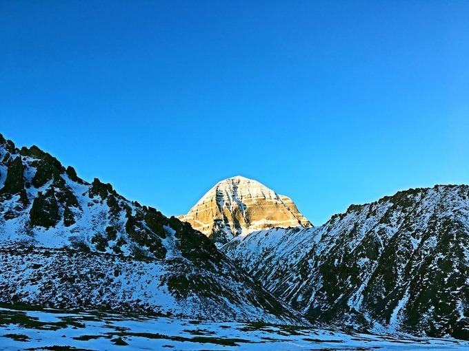 Núi Kailash  Nằm xa về phía tây của Tây Tạng, Kailash được nhiều người Tây Tạng coi là ngọn núi linh thiêng nhất. Với độ cao gần 6.700 m, nơi này phủ tuyết quanh năm, nổi bật giữa khung cảnh hùng vĩ của dãy Himalaya. Dù ngọn núi rất đẹp và đầy thử thách với các nhà leo núi, không ai được phép chinh phục nó. Ảnh: Tibet Discovery.