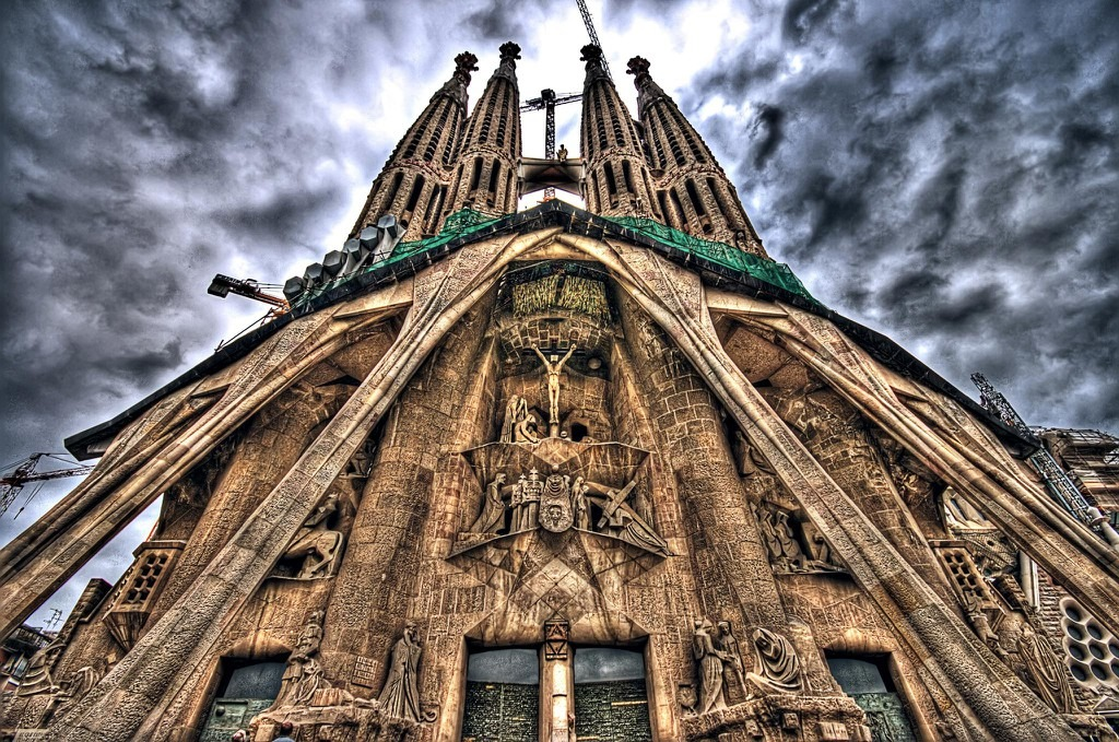 Đỉnh của các ngọn tháp được điêu khắc những hình ảnh tượng trưng truyền thống như con bò (Thánh sử Luca), đại bàng (Thánh sử Gioan), sư tử (Thánh sử Marcus), người có cánh (Mattay). Ngoài ra, hình bánh thánh với chùm bông lúa, chén lễ và chùm nho, biểu tượng của phép Thánh Thể... cũng được điêu khắc trên đó. Ảnh: Pinterest.