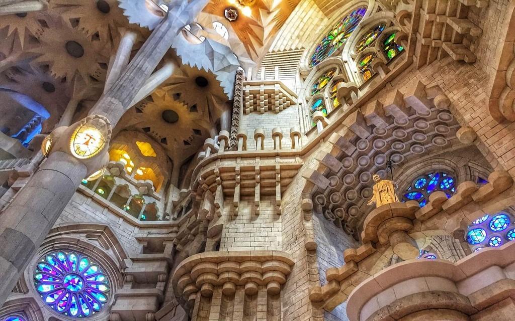 Thánh đường được UNESCO công nhận là Di sản Thế giới từ năm 1984 và xếp vào danh sách 12 bảo vật của Tây Ban Nha năm 2007. Năm 2010, trong dịp ghé thăm Santiago de Compostela và Barcelona, Tây Ban Nha, Giáo hoàng Benedict 16 đã nâng nhà thờ thành Vương cung Thánh đường. Ảnh: Barcelona Hacks.