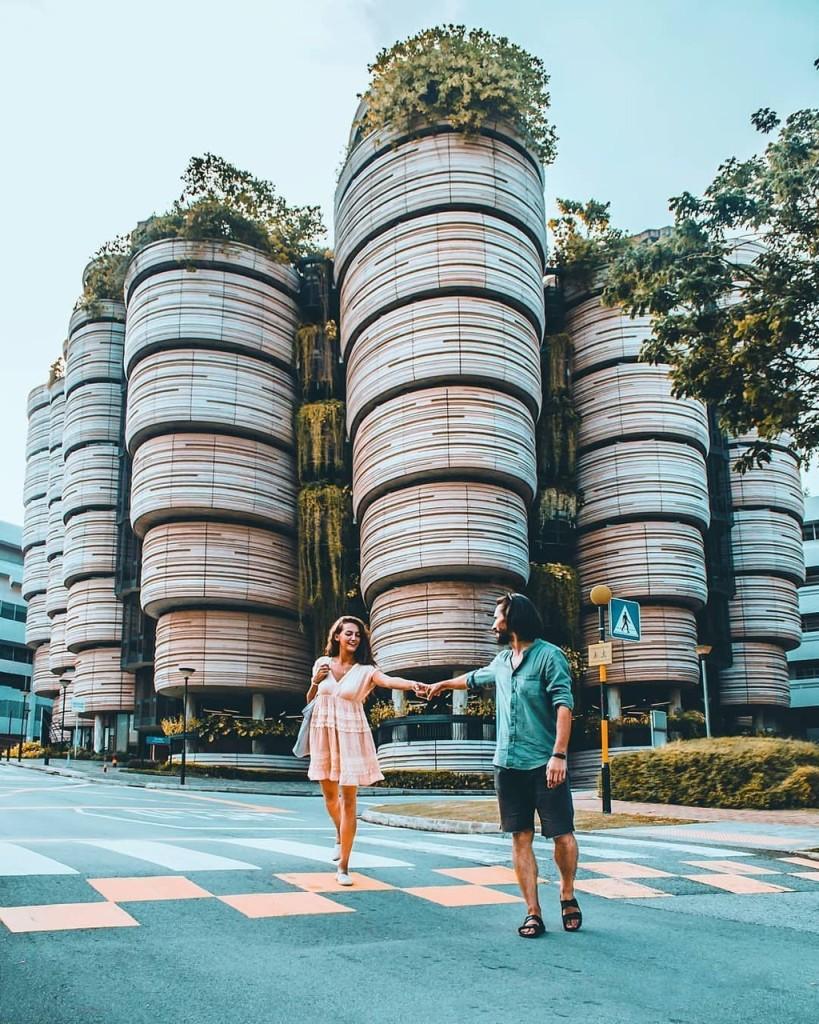 """Tòa nhà với hình dáng đặc biệt này có tên The Hive hay còn gọi là Learning Hub, nằm trong khuôn viên Đại học Công nghệ Nanyang, thuộc khu đô thị Đông Jurong, Singapore. Sở dĩ, nơi đây được các tín đồ du lịch gọi là """"tòa nhà dim sum"""" vì có kết cấu gợi liên tưởng đến những chiếc xửng hấp dim sum bằng tre. Ảnh: Things2doinsingapore."""