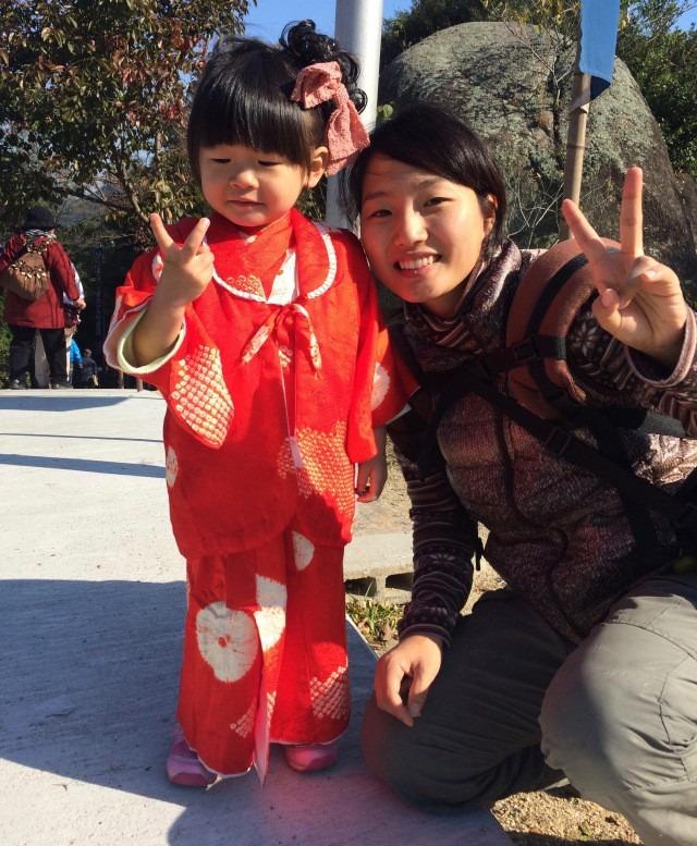 Biểu tượng hòa bình: Ở Nhật Bản, cách phổ biến để thể hiện bạn đang vui vẻ là giơ 2 ngón tay tạo biểu tượng chữ V khi chụp ảnh. Nếu cho rằng cử chỉ này làm hỏng bức ảnh, có thể bạn sẽ vô cùng thất vọng khi biểu tượng chữ V xuất hiện ở khắp mọi nơi. Đó là điều hầu hết người Nhật đều làm khi chuẩn bị chụp ảnh. Những đứa trẻ khi đứng trước máy ảnh sẽ tự động nghiêng đầu một bên, cười và giơ ký hiệu chữ V.