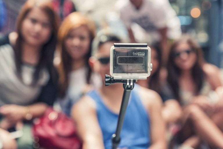 Gậy selfie bị giới hạn sử dụng: Đừng quên rằng gậy selfie không được phép sử dụng ở một số địa điểm tại Nhật Bản, đặc biệt là các nhà ga. Vật dụng này cản trở tầm nhìn của người khác và có thể gây ra tai nạn khi ai đó không chú ý.