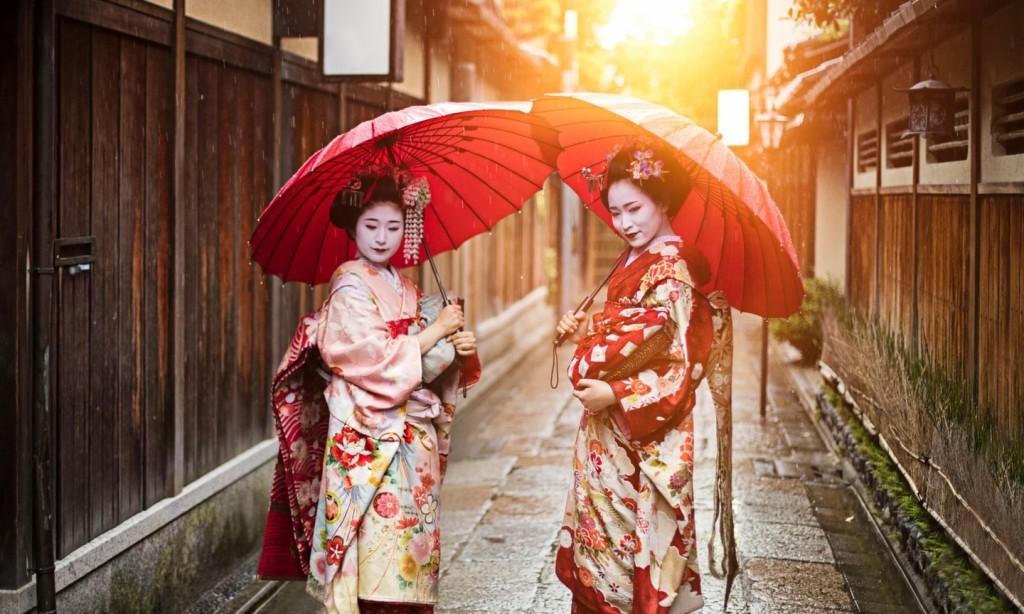 Lệnh cấm chụp ảnh ở nhiều địa điểm: Trước thực trạng có quá nhiều du khách đổ về các điểm tham quan, cố đô Tokyo, nơi có 17 Di sản Thế giới của UNESCO, đã ra lệnh cấm chụp ảnh ở hầu hết khu vực. Nếu từng mơ ước được chụp cùng các geisha và maiko trong bộ kimono kiểu cũ trên con đường lát đá yên tĩnh, thì bạn có thể sẽ muốn suy nghĩ lại các kế hoạch. Quận Gion, nơi duy nhất có sự xuất hiện của hình ảnh trên cũng áp dụng lệnh cấm chụp với khoản tiền phạt lên tới 10.000 yên.