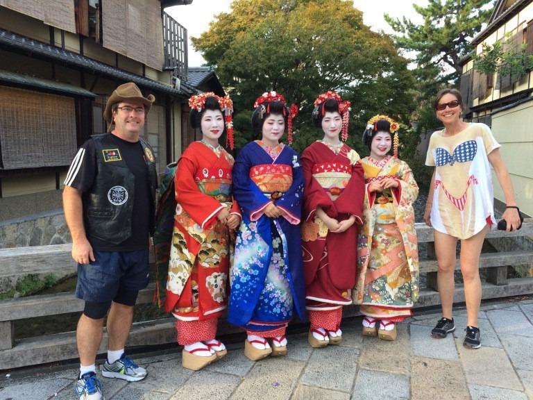 Lời đề nghị chụp ảnh cùng người dân địa phương: Người Nhật, đặc biệt là các nhóm học sinh rất hứng thú khi được chụp ảnh cùng du khách. Điều này thường diễn ra ở những nơi công cộng như Công viên Hòa bình Hiroshima, khu vực gần trường học. Đừng lo lắng, khác với một số quốc gia, bạn sẽ không bị đòi tiền hay ép mua một món hàng gì đó. Họ đơn giản muốn chụp ảnh cùng người xa lạ.