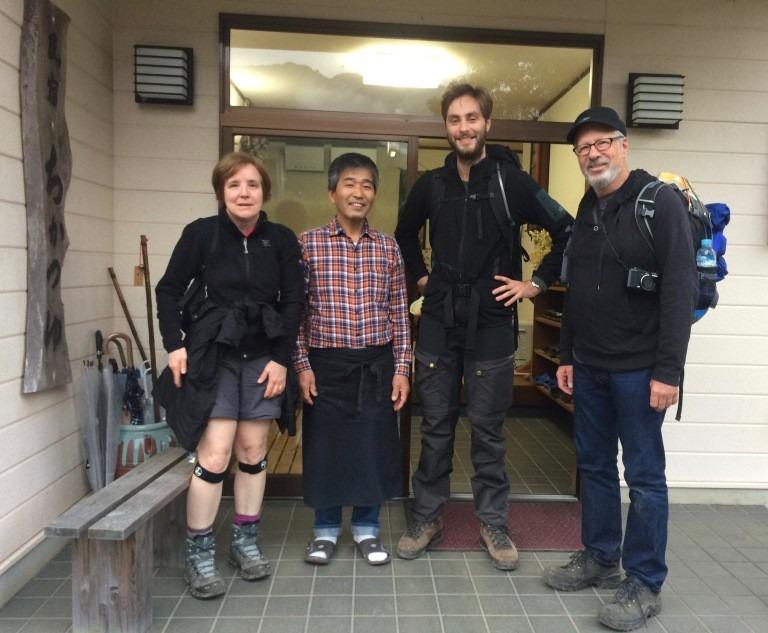 Khách ở vị trí trung tâm bức ảnh: Ở Nhật Bản, vị trí chính giữa được xem là quan trọng và nổi bật nhất trong ảnh. Và vị trí trung tâm này thường dành cho khách mời. Trong một vài trường hợp đặc biệt, nguyên tắc này sẽ không đúng nếu có sự xuất hiện của người già. Người Nhật coi đây là cách thể hiện sự tôn trọng đối với người lớn tuổi.