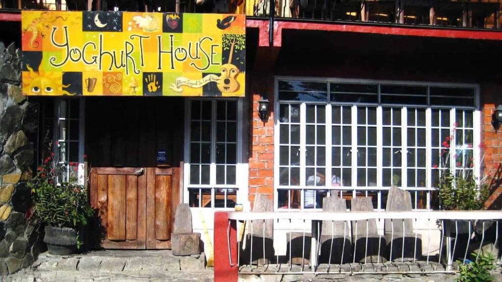 Thưởng thức bữa sáng tại Yoghurt House: Thường được ca ngợi là một trong những quán ăn ngon nhất ở Sagada, Yoghurt House nổi tiếng và thu hút với món sữa chua nhà làm. Tại đây có cả thực đơn cho bữa trưa và tối. Ảnh: Thepoortraveler.