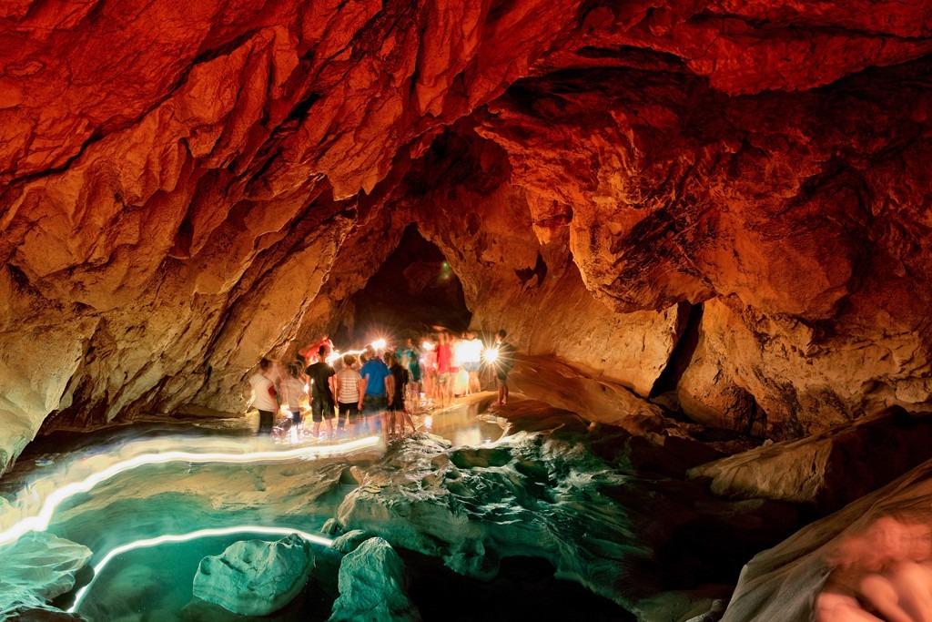 Không có đường bộ nhân tạo hay ánh sáng rực rỡ, những hang động tối đầy kỳ bí như Sumaguing đòi hỏi người khám phá sức bền và ý chí cực tốt để có thể vượt qua những phiến đá vôi trơn trượt, khe hở nhỏ và vùng nước sâu dưới ánh đèn đội đầu vừa đủ chiếu sáng đường đi. Bạn sẽ thực hiện hành trình của mình cùng hướng dẫn viên chuyên nghiệp và dày kinh nghiệm. Ảnh: Outlookindia.
