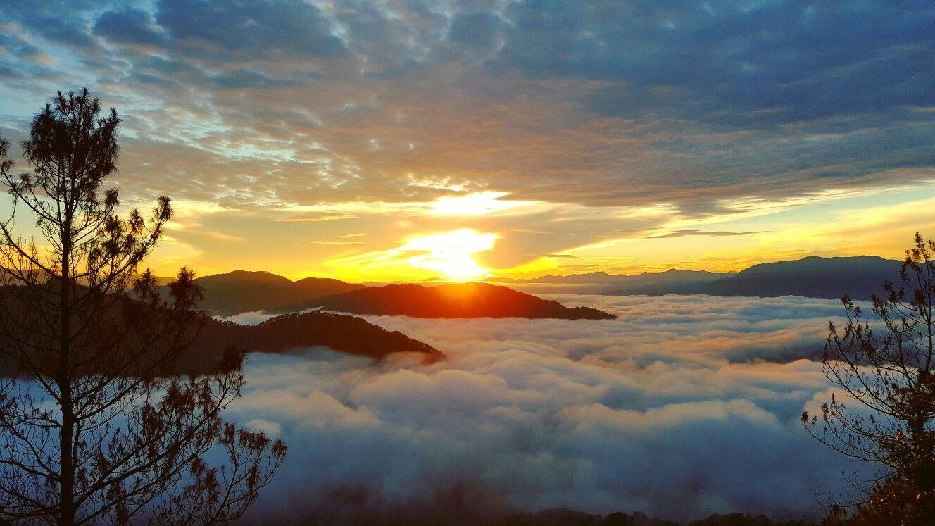 """Ở Sagada, mặt trời mọc khá sớm, hành trình săn mây của bạn có thể bắt đầu từ lúc 4h cùng những người hướng dẫn lành nghề. Sagada với cảnh quan hùng vĩ và """"biển mây"""" trên đỉnh đồi Marlboro mang đến khung cảnh bình minh tuyệt vời. Ảnh: Pinterest."""