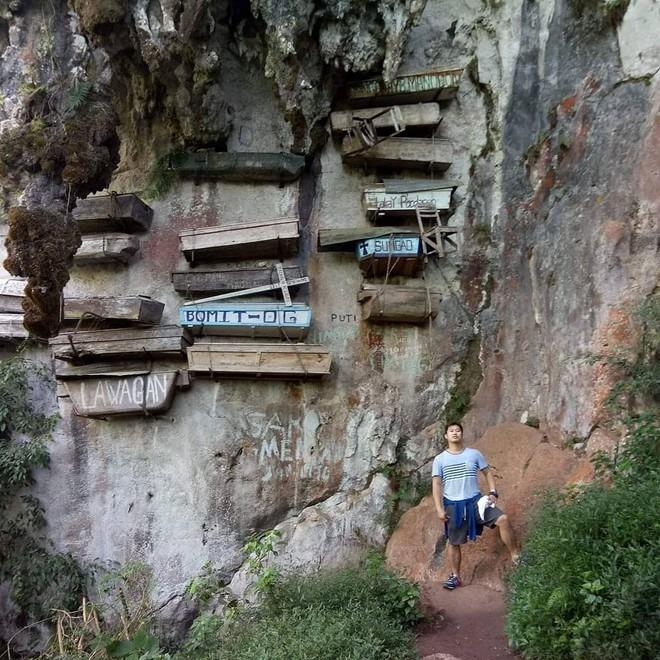 Cách đây hơn 2.000 năm, tộc người Igorot tại vùng núi Sagada ở phía bắc của Philippines đã có tập tục an táng những người quá cố trong các cỗ quan tài gỗ và đóng đinh hoặc treo lên vách núi cao. Theo quan niệm của họ, việc chôn cất ở nơi cheo leo sẽ giúp linh hồn người chết về gần với tổ tiên hơn. Ảnh: Jordan_si_ako.