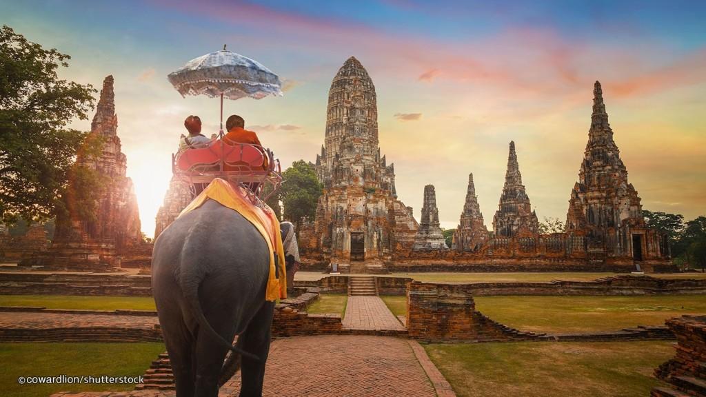 Thái Lan không chỉ có Bangkok sầm uất, Chiang Mai lãng mạn và những thắng cảnh xiêu lòng người mà còn có một cố đô Ayutthaya trầm mặc, bình yên. Vùng đất nhỏ, cổ kính được UNESCO công nhận là Di sản văn hóa phi vật thể thế giới vào năm 1991. Ayutthaya nổi tiếng với những pho tượng Phật dát vàng và đền đài chìm trong không gian thanh tĩnh. Ảnh: Thailand.