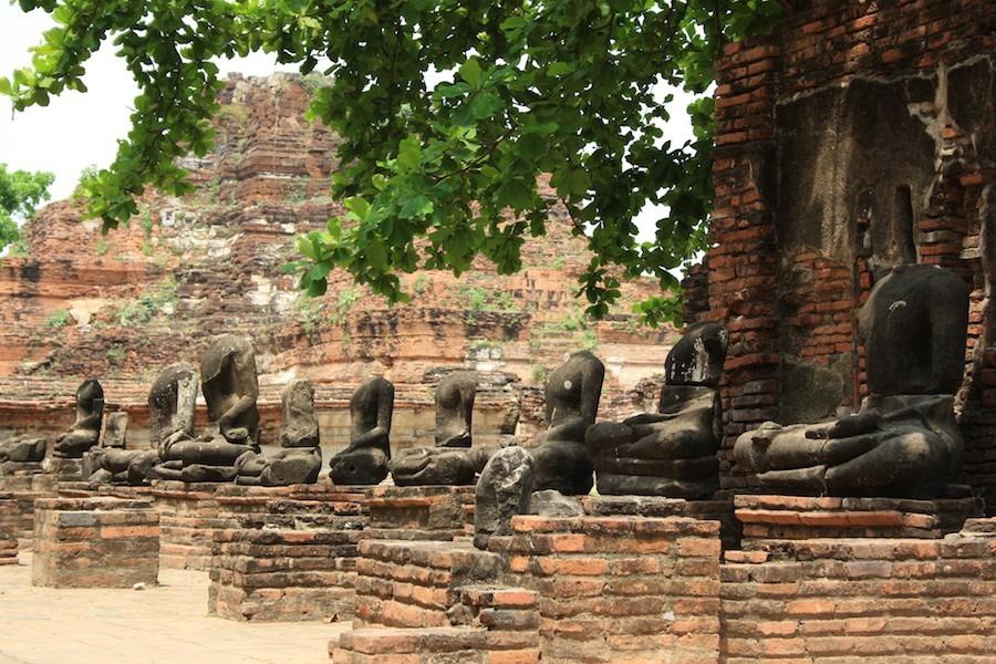 Ayutthaya từng được xem như thành phố hùng mạnh bậc nhất khu vực Đông Nam Á. Wat Mahatat có hàng loạt tượng Phật không đầu bên cạnh nền móng và những bức tường thành đổ nát, tàn tích huy hoàng của một thời xa xưa. Đa số tượng bị trộm và bán lại cho các nhà sưu tập đồ cổ đến từ Mỹ và châu Âu. Ảnh: Travelling Press.