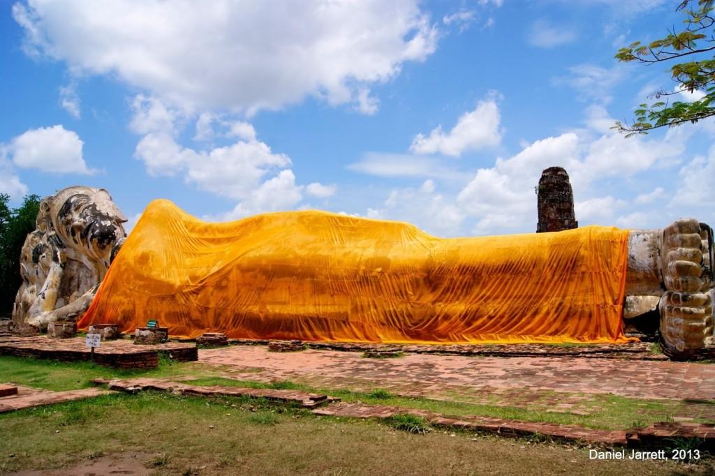 Có hơn 10 điểm tham quan nổi tiếng ở cố đô Ayutthaya, chủ yếu là đền chùa và phế tích hoàng gia. Trong hành trình của mình, bạn có thể đến Wat Lokaya Sutha, nơi có bức tượng Phật nằm khổng lồ nghiêng đầu trên tòa sen. Bức tượng cao 8 m và dài khoảng 29 m, được mặc áo cà sa vàng rực, trang trọng tạo điểm nhấn cho tổng thể cổ kính nơi đây. Ảnh: A South East Asia Photoblog.