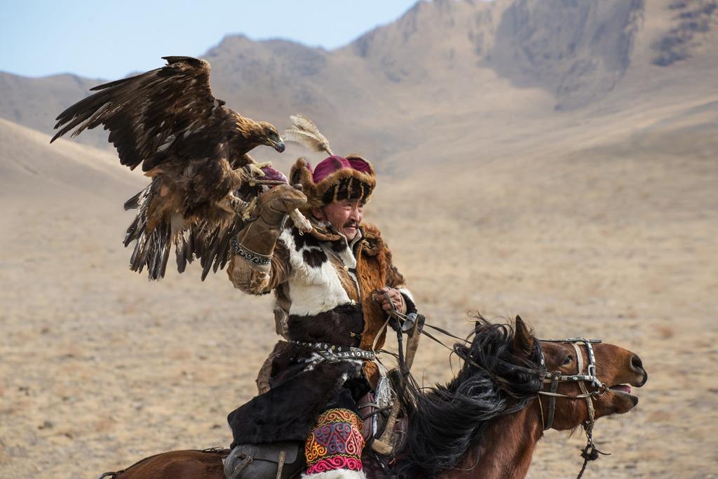 Đặc biệt, đến Olgii đúng dịp, bạn sẽ được tham dự lễ hội đi săn bằng đại bàng Altai Kazakh, truyền thống đã có lịch sử hàng trăm năm. Ảnh: Lonely Planet.