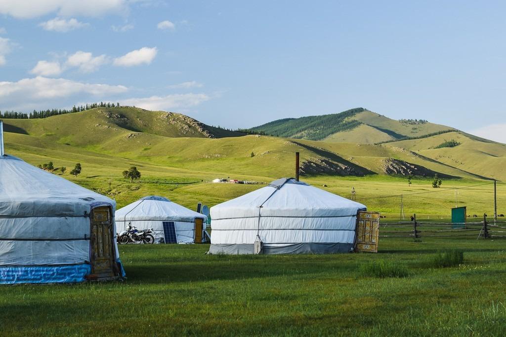 Đây là mùa quan trọng với người Mông Cổ. Khắp mọi miền, người dân tiến hành thu hoạch, tích trữ thực phẩm cho mùa đông. Những người chăn thả gia súc dựng các lán trại, nhà kho và bắt đầu trữ nguyên liệu sưởi ấm. Ảnh: Wherewisemanfish.