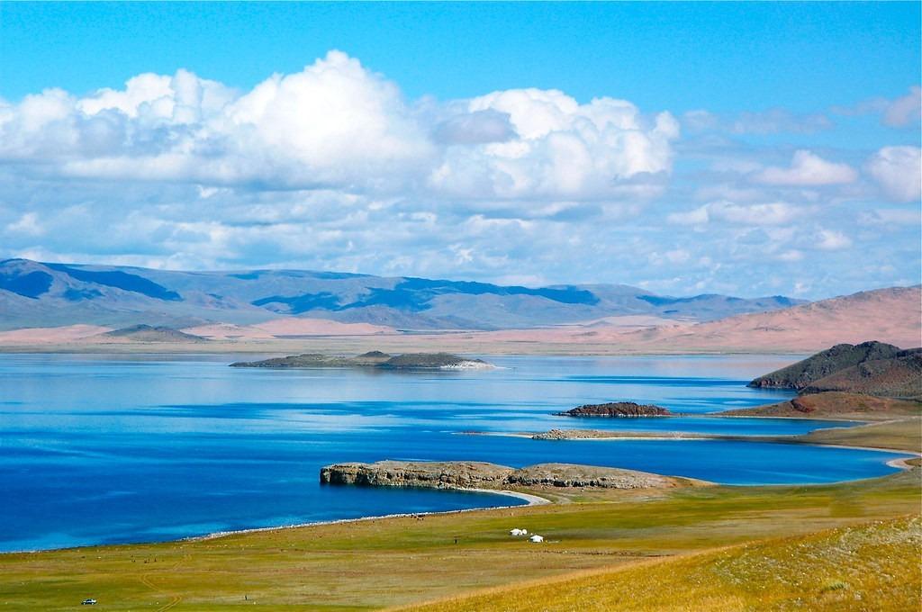 Phía nam công viên có các trại của người du mục hay trang trại nuôi lạc đà; phía bắc có hồ Khagiin Khar tuyệt đẹp và những suối nước nóng sôi. Ảnh: Gercamp.