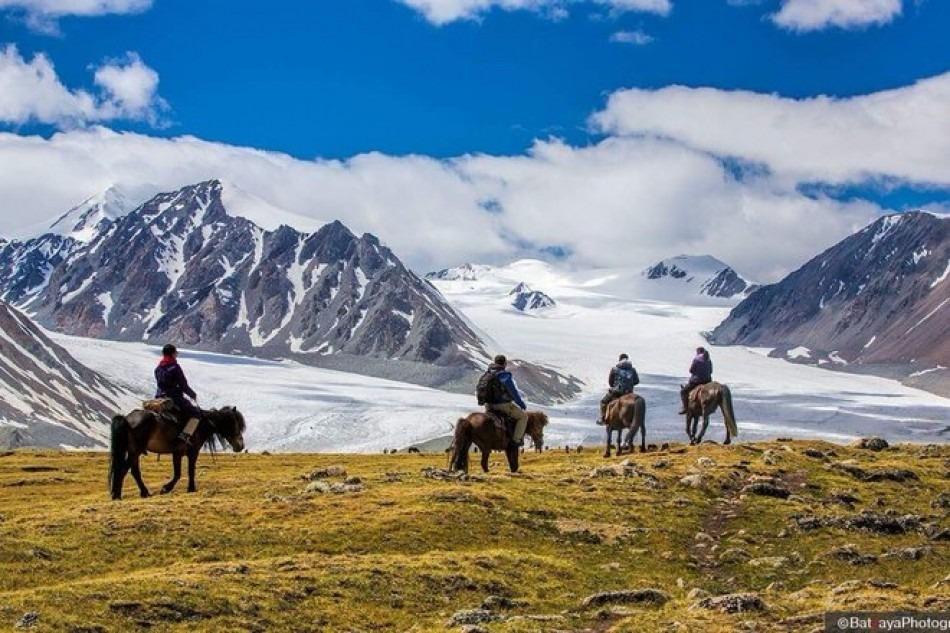 Nếu là người ưa thích khung cảnh hoang sơ, hùng vĩ, bạn không nên bỏ qua công viên quốc gia Altai Tavan Bogd ở phía tây Mông Cổ. Nơi này có dãy núi Tavan Bogd cao vút, bên cạnh là sông băng Potanin. Giữa công viên, hồ Khoton và Khurgan được nối với nhau bằng một con kênh xinh đẹp. Đây là nơi sinh sống của nhiều loài cá và chim. Ảnh: Travelmagl.
