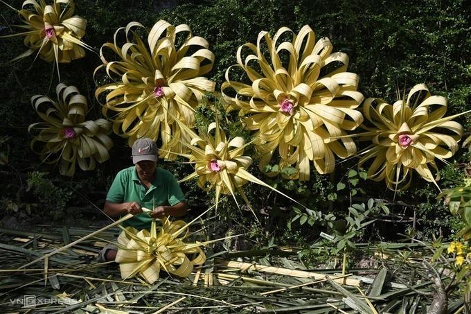 Nghề làm hoa dừa, ảnh chụp bởi tác giả Nguyễn Huy Sơn (TP HCM), giải khuyến khích.