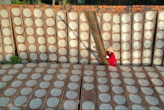 """""""Sản phẩm từ quê dừa"""", bức ảnh đạt giải khuyến khích của tác giả Nguyễn Thanh Hùng (Kiên Giang) ghi lại cảnh người dân địa phương phơi bánh tráng dừa, một đặc sản của Bến Tre."""