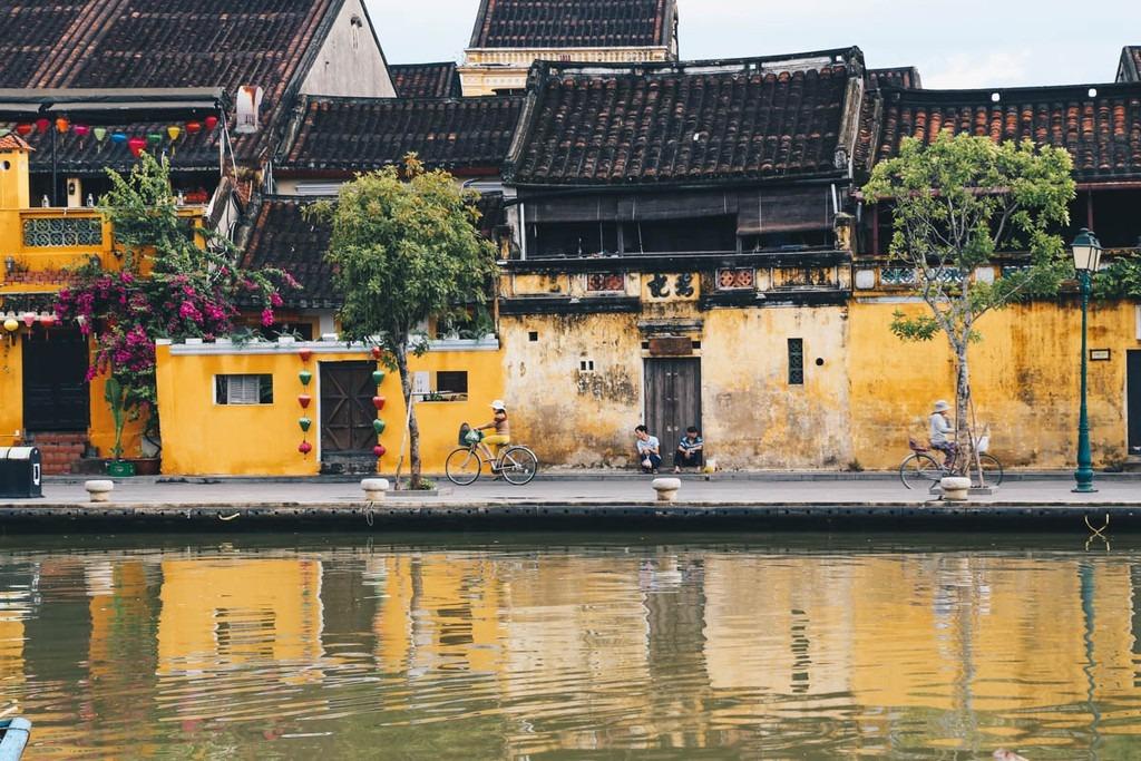 Việt Nam: Việt Nam được CN Traveller giới thiệu là đất nước sở hữu khí hậu đa dạng, thay đổi từ các tỉnh miền núi phía bắc tới những bãi biển rợp bóng cọ phía nam trên quãng đường trải dài hơn 1.500 km. Trong đó, Sa Pa (Lào Cai), Phú Quốc (Kiên Giang), Hội An (Quảng Nam), Đà Nẵng, TP.HCM... là những điểm đến được tạp chí du lịch nổi tiếng nhắc tới. CN Traveller đánh giá địa điểm du lịch này 90,46 điểm.