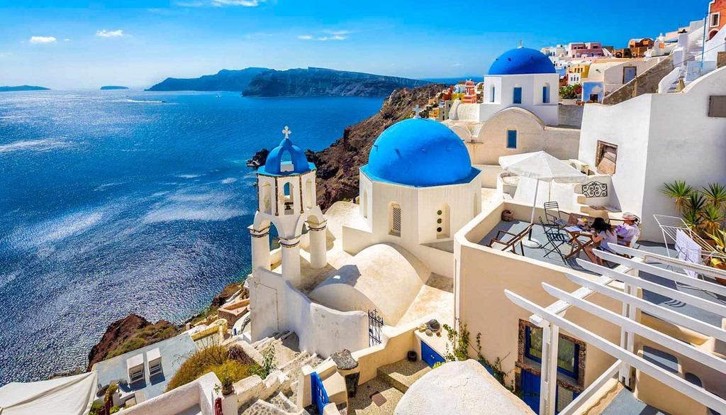 Hy Lạp: Hy Lạp là cái tên quen mặt trong danh sách 20 điểm đến đầu tiên trên thế giới và châu Âu. Nơi đây thu hút du khách bởi vẻ đẹp riêng của hàng trăm hòn đảo, những di tích lịch sử cổ đại, ẩm thực địa phương độc đáo… Bạn có thể ghé thăm ngôi đền Parthenon, di tích còn lại của văn minh Hy Lạp cổ đại hay hòn đảo thiên thần Santorini nổi tiếng với những ngôi nhà sơn trắng dựa vào núi… CN Traveller đánh giá địa điểm du lịch này 91,18 điểm.