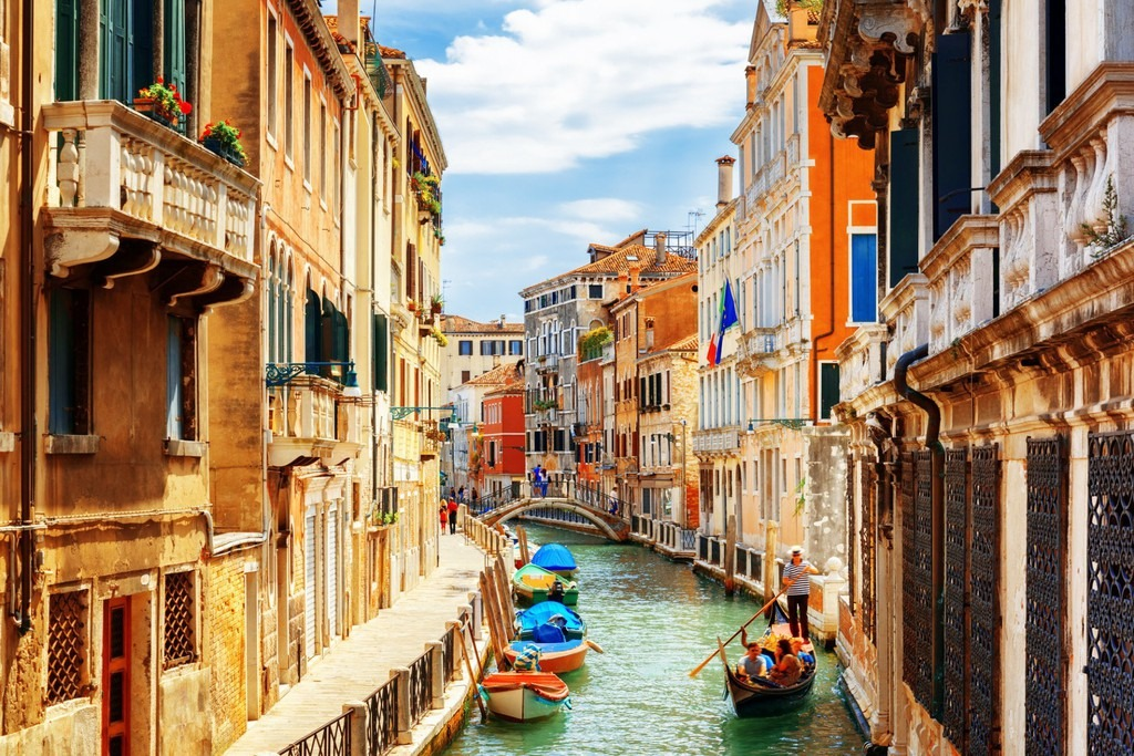 Italy: Đến Italy, bạn sẽ nhận thấy vẻ đẹp nghệ thuật và lịch sử có mặt khắp nơi, từ ngôi làng trên đỉnh đồi tới các thành phố nổi tiếng. Đất nước này đã chiếm được trái tim và truyền cảm hứng cho các nghệ sĩ và nhà văn trong nhiều thế kỷ. Thành phố của các kênh đào Venice là địa danh nổi tiếng thế giới bạn không nên bỏ qua khi tới đây. CN Traveller đánh giá địa điểm du lịch này 90,62 điểm.