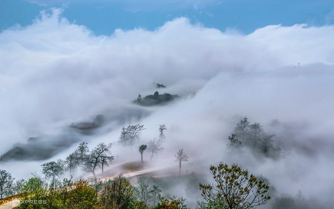 Đường lên Ngải Thầu Thượng đẹp như mơ trong màn sương mây lảng bảng.