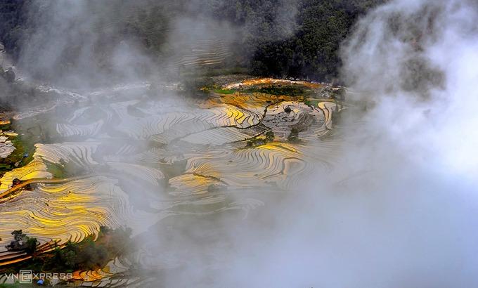 Khung cảnh mây vờn trên thung lũng Thiên Sinh nhìn từ Ngải Thầu. Khoảng tháng 4-5 hàng năm là mùa nước đổ ở Y Tý. Cùng với biển mây, du khách có thể chiêm ngưỡng những khung cảnh đẹp như một bức tranh thuỷ mặc tạo nên từ thiên nhiên và bàn tay con người.