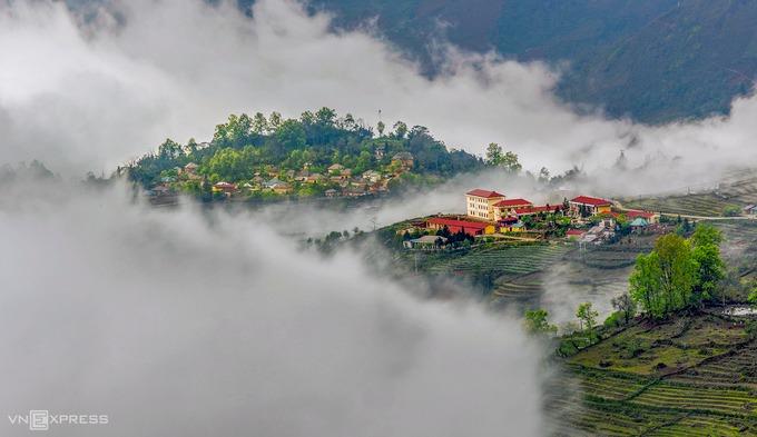 Trung tâm xã, trường học và bản làng Y Tý huyền ảo trong mây. Mây Y Tý đẹp nhất vào tháng 9 tới tháng 4 hàng năm, thường xuất hiện vào sáng sớm hoặc cuối giờ chiều và kéo dài tới trưa, khi nắng lên cao.