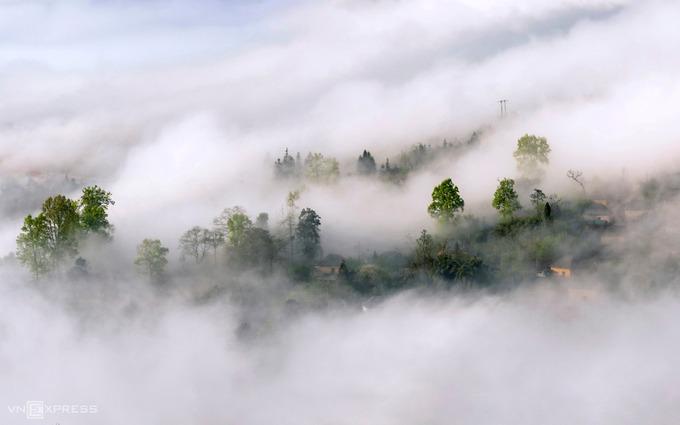Vào những ngày giá lạnh, nhiệt độ xuống thấp khoảng 0-5 độ C, những làn mây xuất hiện trên lưng chừng núi và sà xuống bao trùm thung lũng và các bản làng.