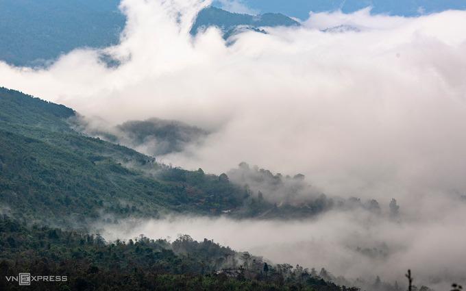 """""""Vượt hành trình hơn 70 km từ Sa Pa đến Y Tý rất tuyệt. Tôi có cảm giác mình đang đi trên mây và mê mẩn trước vẻ đẹp của núi rừng. Một cơn gió thổi nhẹ cũng làm biển mây mênh mông khẽ rùng mình chuyển động"""", nhiếp ảnh gia Phạm Ngọc Thạch (Hà Nội) cho biết. Anh đã có chuyến săn ảnh mùa mây 2018-2019."""