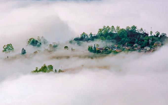Bản Choản Thèn chìm trong mây. Đây là một trong những bản cổ của xã Y Tý, hình thành cách đây hơn 300 năm. Hiện bản có hơn 50 hộ dân người Hà Nhì đen sinh sống.