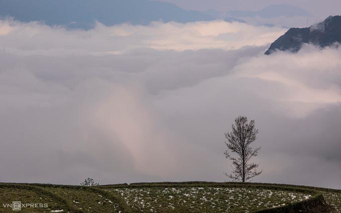 Một góc biển mây nhìn từ bản Choản Thèn. Đây là điểm đến còn nguyên sơ với nhiều cảnh quan đẹp, có vị trí gần rừng già Y Tý, bản Lao Chải, núi Lảo Thẩn và chợ Y Tý. Từ trung tâm xã Y Tý, du khách chỉ cần chạy xe khoảng 30 phút là tới bản.