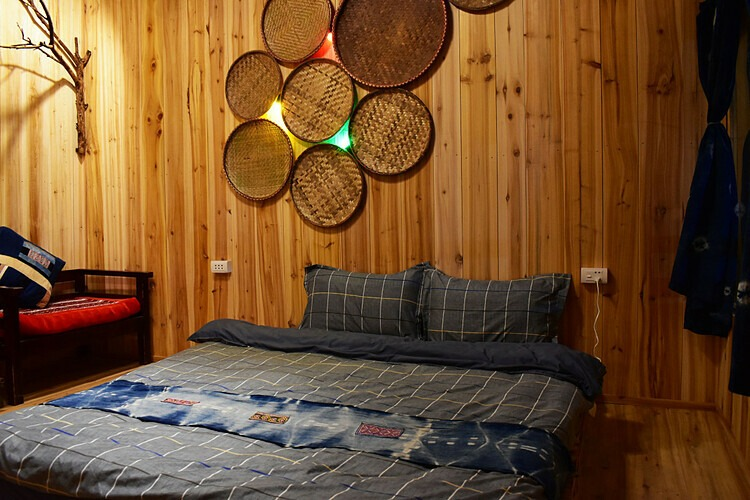 Ở đây có 5 bungalow (gồm một phòng dành cho tập thể có 6 giường) với khung cảnh nhìn ra núi Hàm Rồng và thị trấn Sa Pa. Bên trong mỗi phòng đều có thiết kế đơn giản với đồ dùng gỗ và chăn, màn vải xanh trắng. Giá thuê là 180.000 đồng một người, hai người là 650.000 đồng và từ 4 người trở nên là 1.050.000 đồng một đêm. Giá đã bao gồm bữa ăn sáng, trà và cà phê trong phòng. Ảnh: Sapa Jungle Homestay.