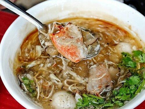 Súp cua  Trong những ngày gần đây, Sài Gòn trở lạnh với tiết trời mát mẻ, dễ chịu. Vì vậy, món súp cua nóng hổi sẽ là gợi ý thích hợp. Với nguyên liệu chính là thịt cua, món súp còn có thể thêm trứng cút, trứng gà bắc thảo, ngô ngọt, nấm tuyết, bong bóng cá, óc heo, chân gà tùy theo các điểm bán. Khi ăn, thực khách có thể rắc thêm hạt tiêu để món ăn đậm đà hơn.  Súp được bán với giá 20.000 - 40.000 đồng. Các địa chỉ gợi ý là quán cô Lan, đường Lương Nhữ Học; quán cô Bông, chợ Thiếc và gánh súp ở nhà thờ Đức Bà. Ảnh: Marryderoux.