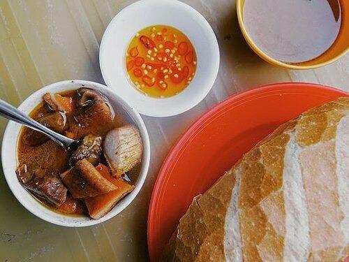 Phá lấu  Là món ăn gốc Hoa, phá lấu được làm từ thịt bò và nội tạng như gan, lá lách, dạ dày. Trước khi nấu, nguyên liệu sẽ được sơ chế sạch sẽ. Món ăn khiến nhiều người liên tưởng đến thắng cố ở miền bắc nhưng vị dễ ăn hơn do có cốt dừa và chấm với mắm chua cay. Phá lấu chia thành nướng, luộc, có thể ăn kèm bánh mì, mì gói. Món ăn này được bán với giá 20.000 đồng. Bạn có thể thưởng thức ở quán Cô Oanh, đường Xóm Chiếu, mở muộn tới 23 giờ hay phá lấu dì Nũi đường Tôn Đản. Ảnh: Phong Vinh.
