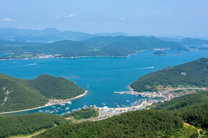 Nằm cách thủ đô Seoul khoảng 325 km, Tongyeong là một thành phố cảng thuộc tỉnh Gyeongsangnam-do. Nơi đây có bờ biển đẹp với những hòn đảo xanh tươi bao quanh. Với khí hậu dễ chịu và môi trường trong lành, Tongyeong là điểm du lịch quanh năm với người dân xứ sở kim chi. Đó cũng là lý do HLV Park Hang-seo chọn thành phố này làm nơi tập huấn của tuyển U23 Việt Nam, tạo điều kiện hồi phục thể chất lý tưởng cho các cầu thủ bị chấn thương. Dưới đây là những trải nghiệm gợi ý dành cho du khách. Ảnh: Civitatis.