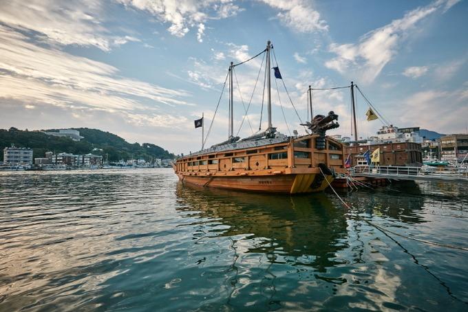 Cảng Gangguan là một trong những điểm dừng chân quen thuộc, với các khu chợ truyền thống, nhà hàng, cửa hiệu ven đường. Tại đây còn có mô hình con tàu chiến bằng gỗ từ thế kỷ 16. Ảnh: Korean Trip Tips.