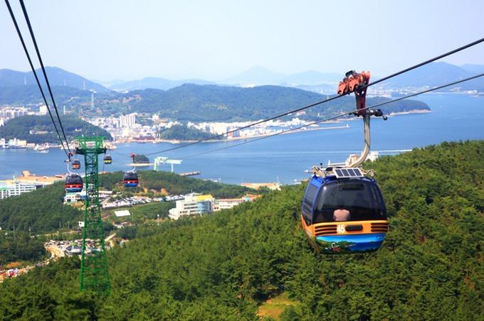 """Để ngắm toàn cảnh thành phố, du khách có thể đi cáp treo lên đỉnh Mireuksan (461 m so với mực nước biển). Đây là hệ thống cáp treo dài nhất tại Hàn Quốc với quãng đường 1.975 m, lên đài quan sát panorama để ngắm tàu thuyền tấp nập ra vào cảng. Đó cũng là lý do Tongyeong được mệnh danh là """"Napoli của châu Á"""". Ảnh: Visit Korea."""