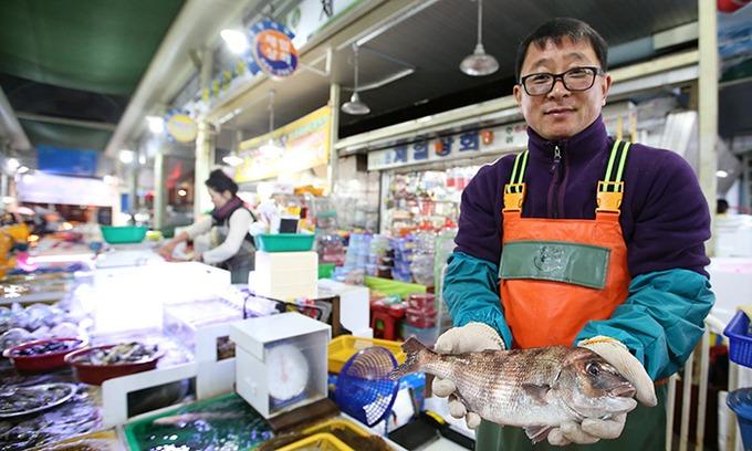 Để mua hải sản tươi nhất trong ngày, bạn hãy đến chợ truyền thống Jungang, đối diện cảng Gangguan. Chợ mở cửa từ chiều và đông đúc vào buổi tối. Đến đây, thực khách có thể tự tay chọn hải sản và nhờ các tiểu thương chế biến, bỏ thêm tiền để thuê một chiếc bàn gần đó và thưởng thức đặc sản cá sống truyền thống.  Những người thích dậy sớm có thể đến chợ truyền thống Seoho, nơi nhộn nhịp lúc bình minh. Tại đây, thực khách có thể thưởng thức shirakguk, súp lá củ cải và cơm được ngư dân ăn vào bữa sáng. Chợ cũng có hải sản tươi sống, nhưng cá khô đa dạng hơn. Ảnh: Korea Tour Information.