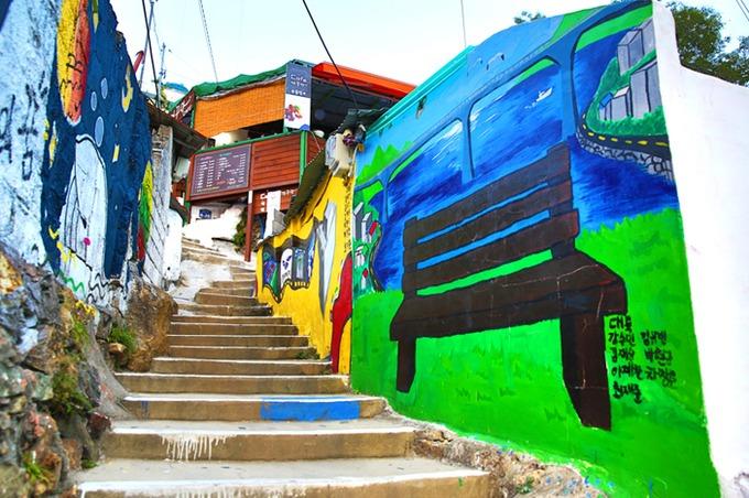 Làng bích họa Dongpirang hấp dẫn khách thích chụp hình, với vô số tác phẩm sáng tạo của các nghệ sĩ như 99 bậc thang (99 Steps), ghế hình mông (Butt Chairs) hay ghế mô phỏng trò chơi dân gian Malttukbakgi của người Hàn Quốc. Ảnh: Visit Korea.