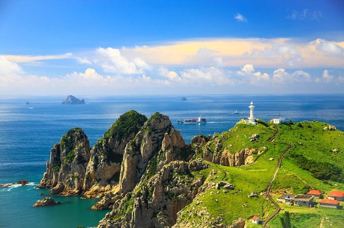 Bao quanh Tongyeong là 567 hòn đảo lớn nhỏ. Nổi bật nhất là đảo Somaemuldo, nơi có con đường biển dài 50 m nối với một hòn đảo Hải Đăng. Con đường bằng đá cuội tròn này chỉ hiện ra hai lần mỗi ngày khi thủy triều rút. Đảo Somaemuldo có những kiến tạo đá cổ thú vị như hòn đá hình anh chị Nammaebawi, đá hình khủng long Gongryongbawi... Ảnh: Visit Korea.