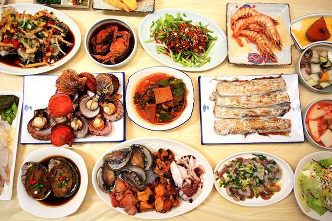 Tongyeong nổi tiếng với văn hóa dajji, nơi nhà hàng chuẩn bị đủ thức ăn tương ứng với lượng rượu khách đặt. Đặc sản tại những nhà hàng của thành phố cảng này là các loại hải sản tươi sống, thực đơn thay đổi liên tục tùy vào những gì được bán ở chợ vào ngày hôm đó.  Một địa chỉ gợi ý cho du khách là nhà hàng Beoksudajji, nơi phục vụ bữa cơm truyền thống của một gia đình Hàn Quốc trong quá khứ. Tới đây du khách không nên bỏ lỡ món cua ngâm tương ganjang gejang. Giá cả trung bình 40.000 won (khoảng 800.000 đồng) một người. Nhà hàng nhận đặt bàn cho hai khách trở lên. Ảnh: Visit Korea.