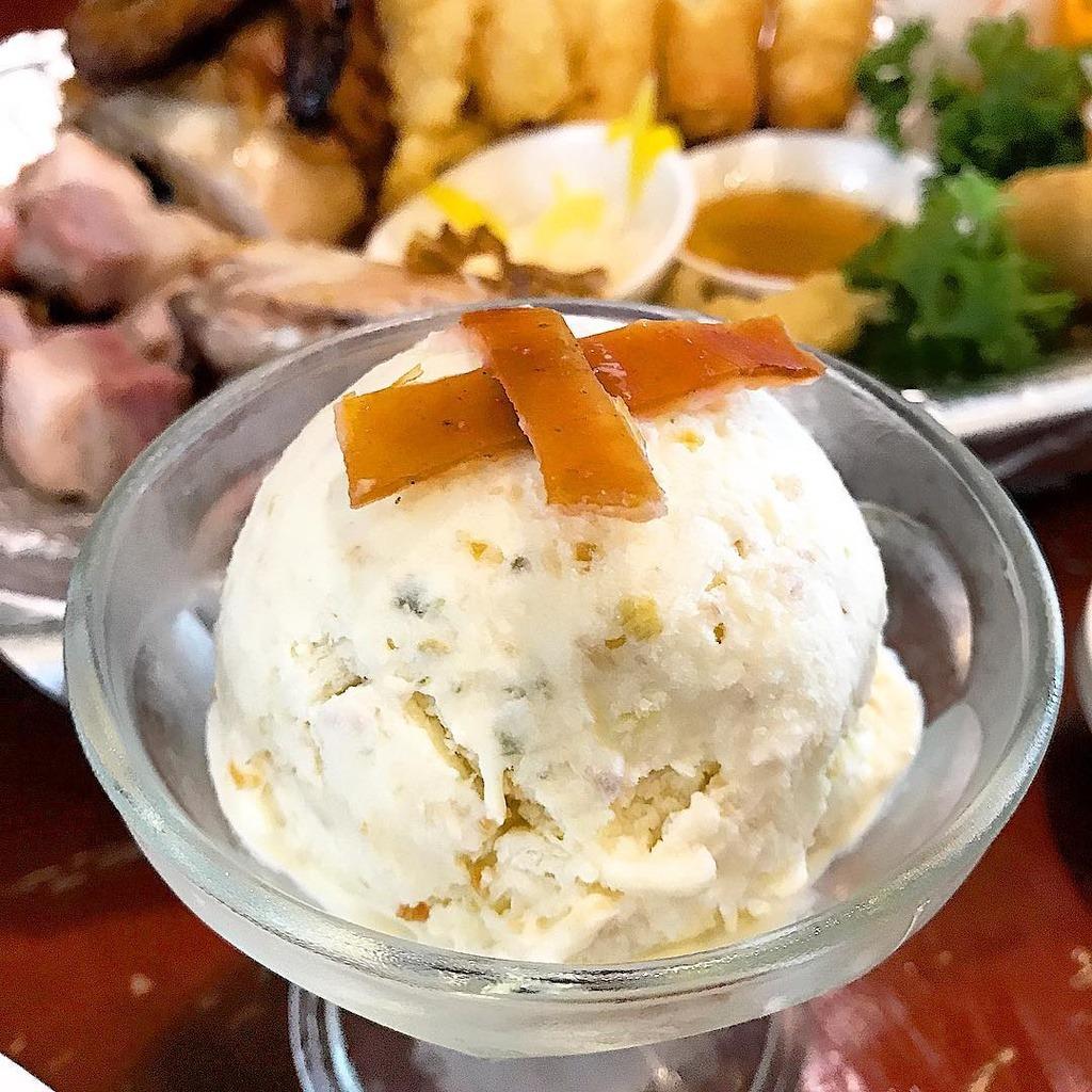 Lechón được biết đến là món lợn sữa quay nổi tiếng Philippines. Phần bì lợn sữa đã quay giòn còn được sử dụng làm topping cho kem tươi mát lạnh. Kem lechón có vị ngọt, béo của kem sữa, hòa quyện cùng vị mặn của bì heo. Ảnh: rosslion.