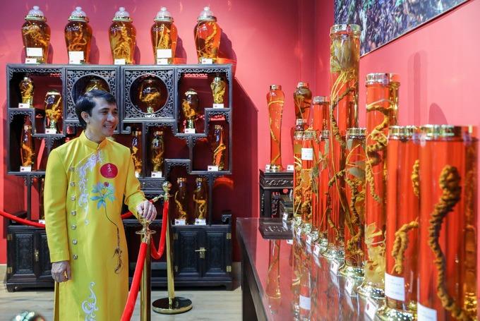 """Ông Nguyễn Tấn Việt, Giám đốc bảo tàng bên bộ sưu tập sâm được ông thực hiện hơn 15 năm qua. """"Sâm Ngọc Linh không chỉ là dược liệu mà còn là lịch sử, văn hóa. Nhiều năm nghiên cứu, tôi muốn lập bảo tàng để mọi người tìm hiểu, chiêm ngưỡng về giống sâm quý này"""", ông Việt nói."""