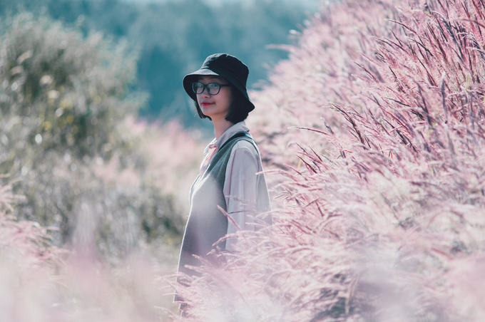 """Quỳnh Trang - người Đà Lạt sống ở Hà Nội nhiều năm - chia sẻ thỉnh thoảng cô về thăm quê, thường ưu tiên những địa điểm chụp ảnh thật """"chất"""" và lần này là đồi cỏ được nhiều người gợi ý đã không làm cô thất vọng."""