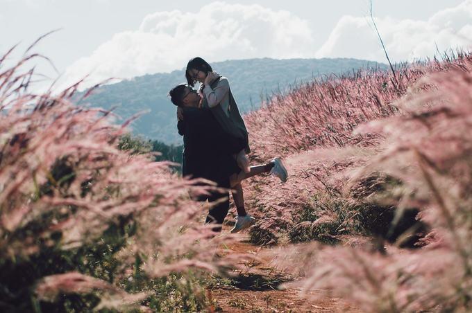 """Vợ chồng cô xem thông tin qua mạng rồi tự chạy xe đi tìm đồi cỏ. Đường đi không khó nhưng vì hồ Tuyền Lâm khá rộng, nên chạy mãi mới thấy màu hồng đặc trưng thấp thoáng từ xa. """"Đến gần, tận mắt nhìn ở ngoài thì mới cảm thấy nó thật sự xuất sắc. Cỏ đẹp, trải dài mê lòng người"""", Trang kể."""