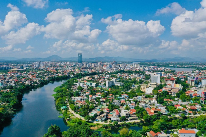 Thành phố Huế nhìn từ hướng sông Như Ý, một nhánh nhỏ của sông Hương, tách ra ở đầu bắc của cồn Hến và chảy về hướng đông nam.